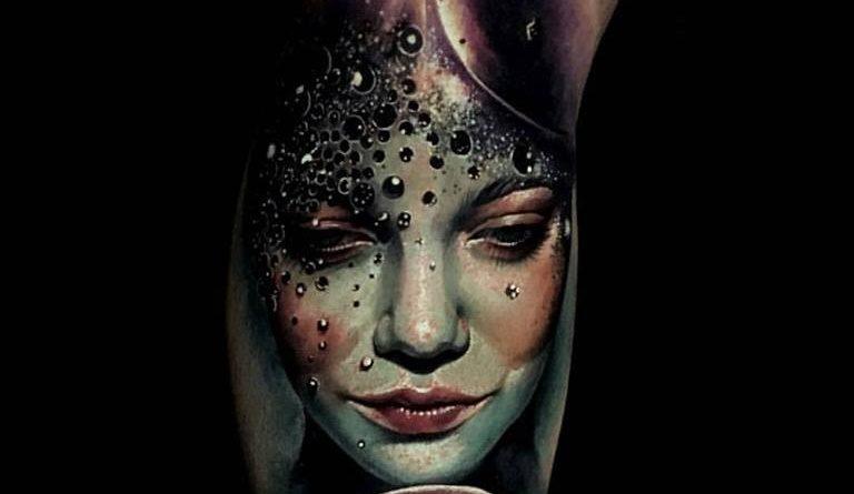 A 29 éves manchesteri születésű gyönyörű tetoválónő Samantha Barber készítette ezt a különleges kompozíciójú tetoválást