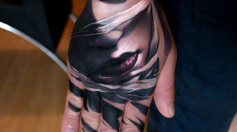 A tetoválás helyének megválasztása és a kézfejre való felhelyezése is különleges. Az alkotó Mihails Neverovs Litvániából
