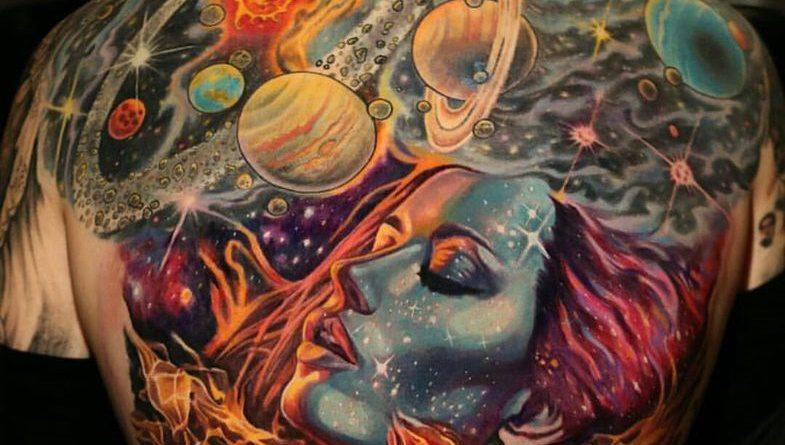 A világegyetem és benne az ember egy főnixmadár képében születik újjá. A tetoválás a Q_Tattoo-ban Dél-Koreában készült.