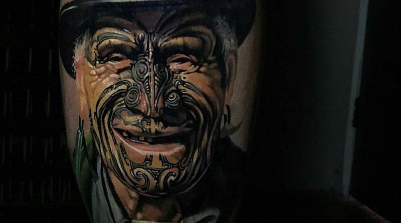 Amikor az új-zélandi tetoválózseni, Matt Jordan egy arctetoválást (mokót) viselő öreg maori emberről készít tetoválást.